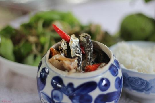 Trời mưa, ăn cá khô kho với cơm nguội - Ảnh 3.