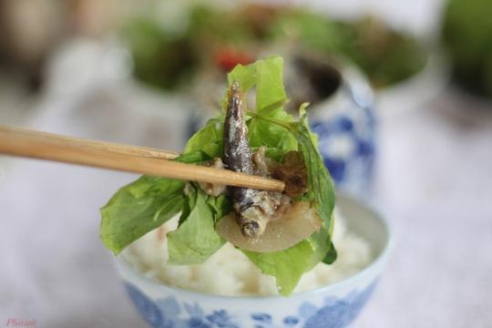 Trời mưa, ăn cá khô kho với cơm nguội - Ảnh 4.