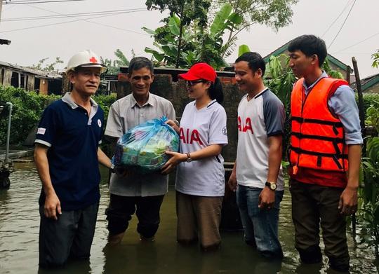 AIA Việt Nam đồng hành và hỗ trợ người dân vùng lũ miền Trung - Ảnh 8.