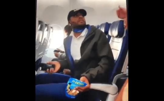 Hành khách bị đuổi khỏi máy bay, con trai Tổng thống Trump phẫn nộ - Ảnh 1.