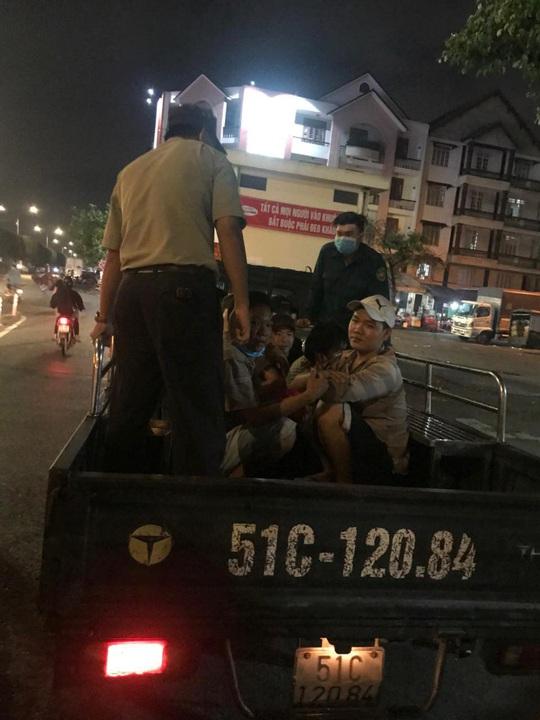 [Video]: Công an xuyên đêm truy bắt con nghiện ở chợ đầu mối Thủ Đức - Ảnh 1.