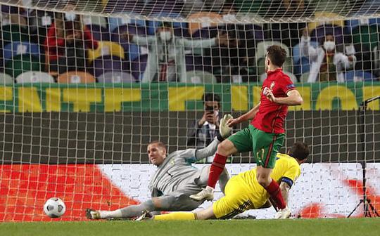 Tân binh Liverpool lập công, Bồ Đào Nha mở đại tiệc chiến thắng tặng Ronaldo - Ảnh 4.