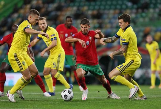 Tân binh Liverpool lập công, Bồ Đào Nha mở đại tiệc chiến thắng tặng Ronaldo - Ảnh 2.