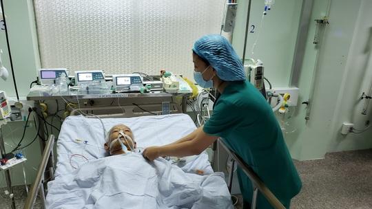 Phẫu thuật xuyên đêm lấy khối u khổng lồ như đầu con bê trong tim cụ ông - Ảnh 3.
