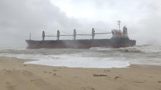 Tàu hàng gần 3 vạn tấn bị trôi dạt mắc cạn ở bờ biển, 20 người trên tàu kêu cứu - Ảnh 1.