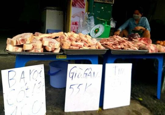 Thịt heo đông lạnh giá siêu rẻ xuống đường - Ảnh 1.