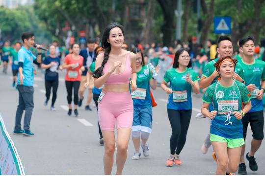 Hoa hậu Mai Phương Thúy, Lương Thùy Linh, Đỗ Mỹ Linh tiết lộ bí quyết giữ gìn sức khoẻ - Ảnh 1.