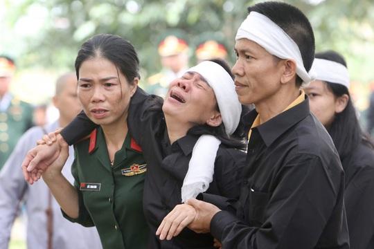 Xúc động Lễ tang 13 liệt sĩ hy sinh tại Rào Trăng 3 - Ảnh 2.