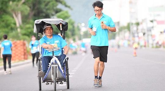 Chạy marathon cùng người khuyết tật - Ảnh 1.