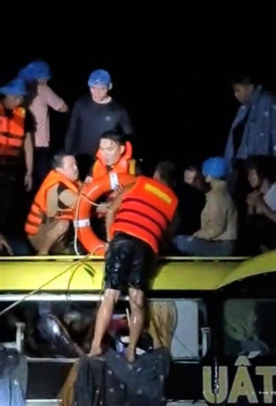 Giải cứu chiếc xe ô tô chở 18 hành khách bị lũ cuốn trôi hơn 100m trong đêm - Ảnh 2.