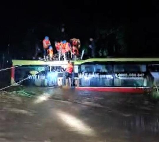 Giải cứu chiếc xe ô tô chở 18 hành khách bị lũ cuốn trôi hơn 100m trong đêm - Ảnh 1.