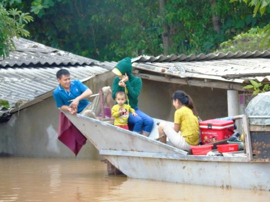 """""""Đại hồng thủy"""" nhấn chìm gần 80.000 nhà dân Quảng Bình, 3 người chết - Ảnh 6."""