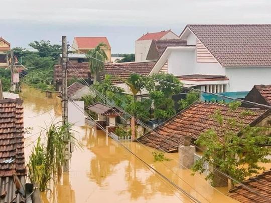 Quảng Bình: Lũ lụt kinh hoàng, ngập tới nóc nhiều căn nhà - Ảnh 20.