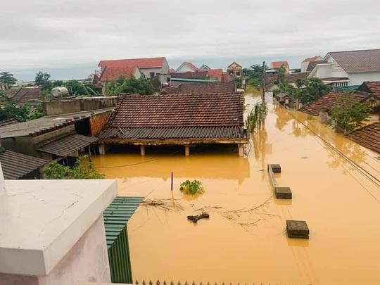 Quảng Bình: Lũ lụt kinh hoàng, ngập tới nóc nhiều căn nhà - Ảnh 19.