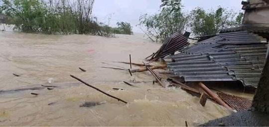 Quảng Bình: Lũ lụt kinh hoàng, ngập tới nóc nhiều căn nhà - Ảnh 17.
