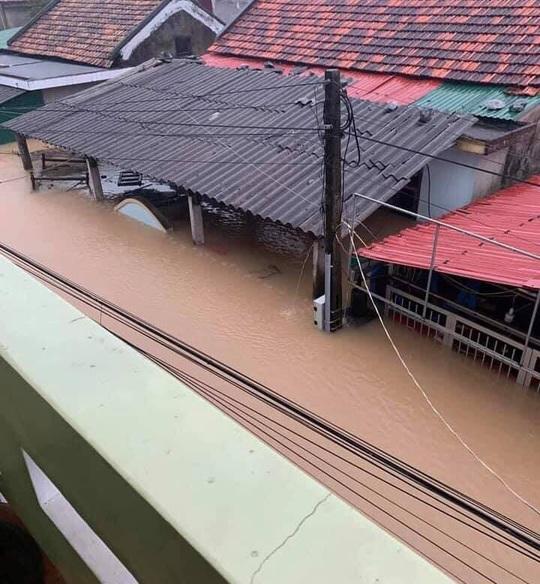 Quảng Bình: Lũ lụt kinh hoàng, ngập tới nóc nhiều căn nhà - Ảnh 4.