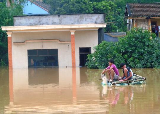"""""""Đại hồng thủy"""" nhấn chìm gần 80.000 nhà dân Quảng Bình, 3 người chết - Ảnh 4."""