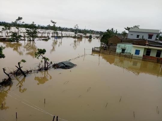 Quảng Bình: Lũ lụt kinh hoàng, ngập tới nóc nhiều căn nhà - Ảnh 18.