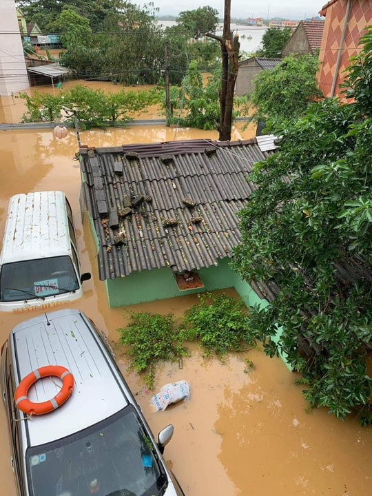 Quảng Bình: Lũ lụt kinh hoàng, ngập tới nóc nhiều căn nhà - Ảnh 16.