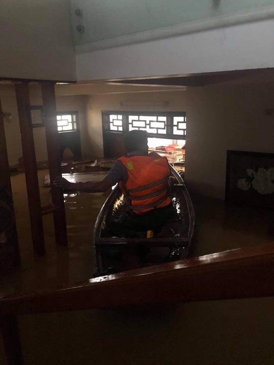 Quảng Bình: Lũ lụt kinh hoàng, ngập tới nóc nhiều căn nhà - Ảnh 22.