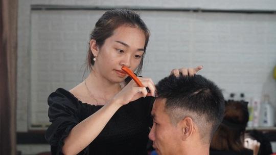 Cô gái 23 tuổi mở tiệm hớt tóc, dành toàn bộ tiền ủng hộ người dân vùng lũ - Ảnh 4.