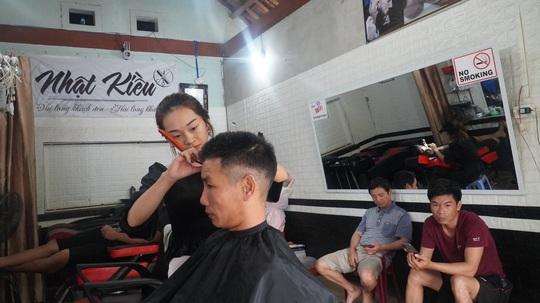Cô gái 23 tuổi mở tiệm hớt tóc, dành toàn bộ tiền ủng hộ người dân vùng lũ - Ảnh 3.