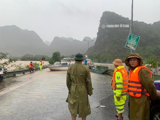 Mưa lũ miền Trung: Nhiều điểm Quốc lộ 1A ngập sâu, giao thông tắc nghẽn - Ảnh 1.