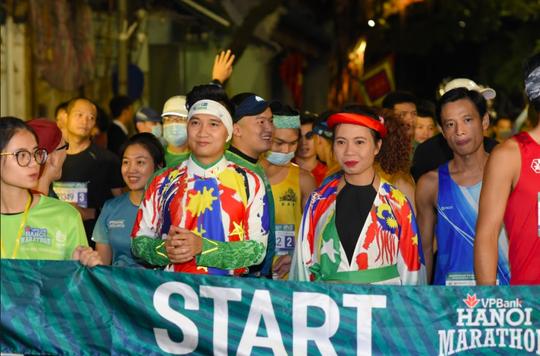 Nhà văn Trang Hạ và MC Huy Hoàng mặc áo dài chạy marathon - Ảnh 2.