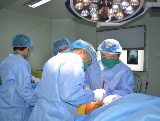 Nhờ phương pháp mới, cụ bà 85 tuổi gãy 2 xương đùi bình phục ngoạn mục - Ảnh 1.