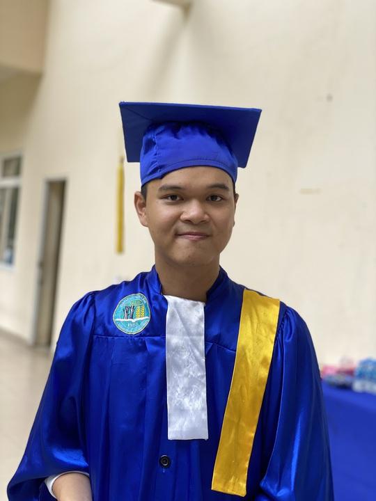 Nam sinh viên thủ khoa đầu vào, tốt nghiệp xuất sắc - Ảnh 1.
