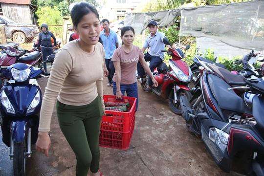 Người dân Đắk Lắk gói hàng ngàn bánh tét gửi tặng miền Trung - Ảnh 5.
