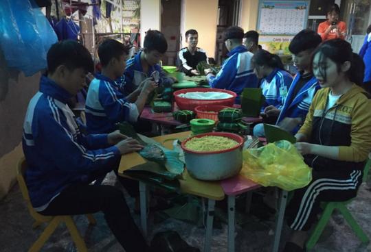 Cảm động người dân Nghệ An thức trắng đêm nấu bánh chưng gửi vào vùng lũ - Ảnh 2.