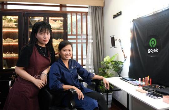 """Màn trang điểm """"lột xác"""" của các nữ đối tác tài xế Gojek trong ngày 20-10 - Ảnh 1."""