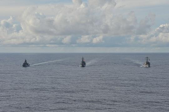 Mỹ, Nhật, Úc tập trận rầm rộ tại biển Đông - Ảnh 2.
