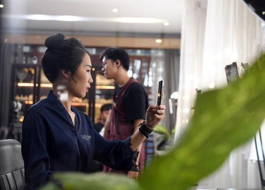 """Màn trang điểm """"lột xác"""" của các nữ đối tác tài xế Gojek trong ngày 20-10 - Ảnh 11."""