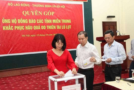 Bộ LĐ-TB-XH phát động quyên góp ủng hộ đồng bào các tỉnh miền Trung bị thiên tai, bão lũ - Ảnh 3.