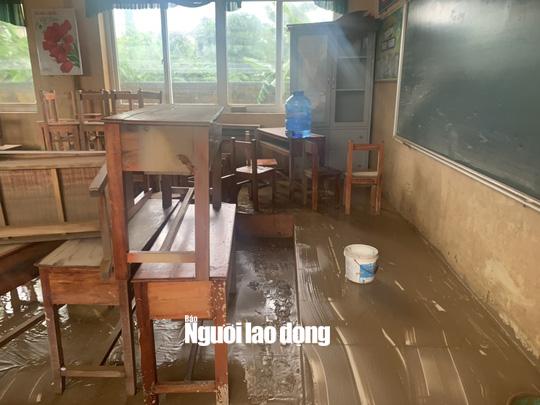 """Quảng Bình: Rác thải, bùn đất chất từng lớp 'bủa vây"""" trường lớp sau khi lũ rút - Ảnh 3."""
