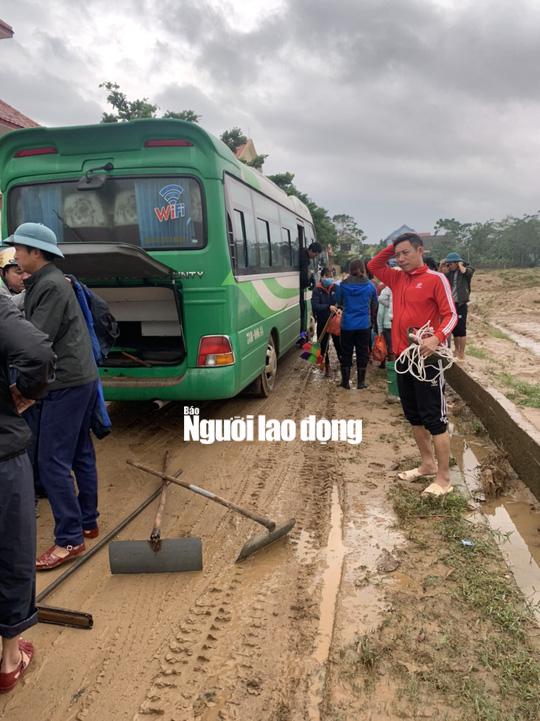 """Quảng Bình: Rác thải, bùn đất chất từng lớp 'bủa vây"""" trường lớp sau khi lũ rút - Ảnh 10."""