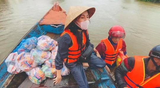 Nghệ sĩ Hoài Linh góp sức hỗ trợ người dân vùng lũ miền Trung - Ảnh 4.