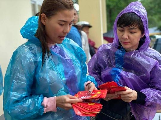 Nghệ sĩ Hoài Linh góp sức hỗ trợ người dân vùng lũ miền Trung - Ảnh 5.