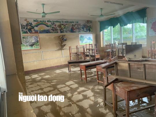 """Quảng Bình: Rác thải, bùn đất chất từng lớp 'bủa vây"""" trường lớp sau khi lũ rút - Ảnh 11."""