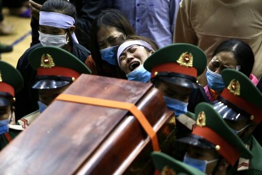 Hình ảnh xúc động lễ truy điệu 22 cán bộ, chiến sĩ hy sinh ở Quảng Trị - Ảnh 14.