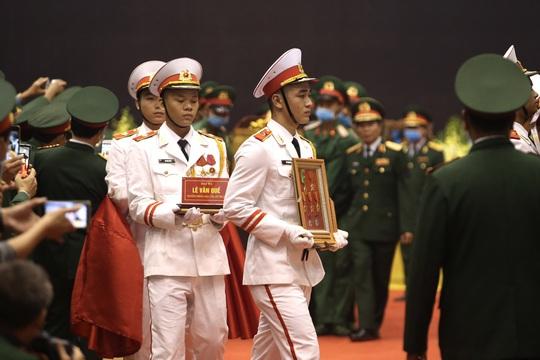 Hình ảnh xúc động lễ truy điệu 22 cán bộ, chiến sĩ hy sinh ở Quảng Trị - Ảnh 5.