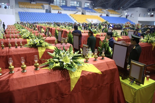 Hình ảnh xúc động lễ truy điệu 22 cán bộ, chiến sĩ hy sinh ở Quảng Trị - Ảnh 10.