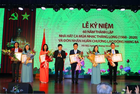 Nhà hát Ca múa nhạc Thăng Long đón nhận Huân chương Lao động hạng ba - Ảnh 1.