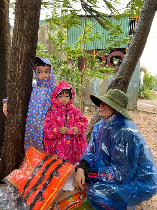 Hoài Linh và nhiều nghệ sĩ nỗ lực hỗ trợ miền Trung - Ảnh 6.