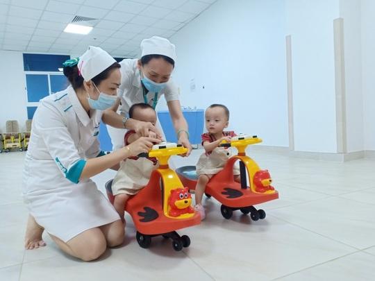 Hai bé Trúc Nhi-Diệu Nhi ngày trở lại bệnh viện - Ảnh 1.