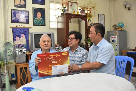 Mai Vàng nhân ái thăm nghệ sĩ Hề Sa, nhà văn Minh Khoa - Ảnh 1.