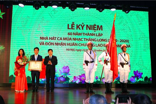 Nhà hát Ca múa nhạc Thăng Long đón nhận Huân chương Lao động hạng ba - Ảnh 3.