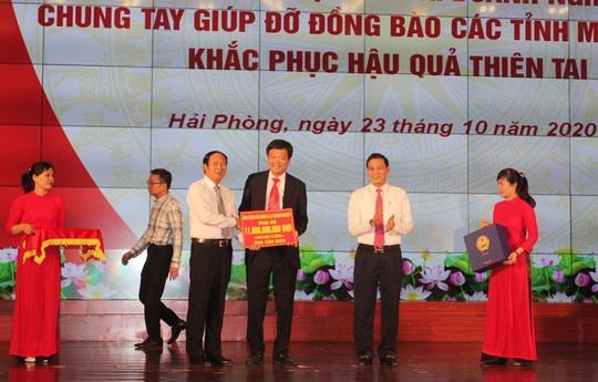Gần 2 tiếng kêu gọi, các nhà hảo tâm ủng hộ miền Trung gần 90 tỉ đồng - Ảnh 2.